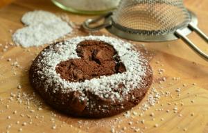 Ingverjevi čokoladni praznični piškoti s chia semeni